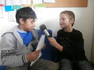 Endi lisant son haïku au micro de Dylan.